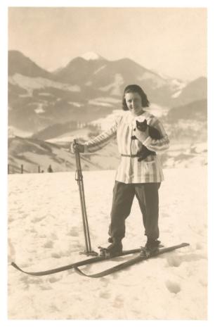 Lyžařka s kočkou - Girl Skiing with Cat